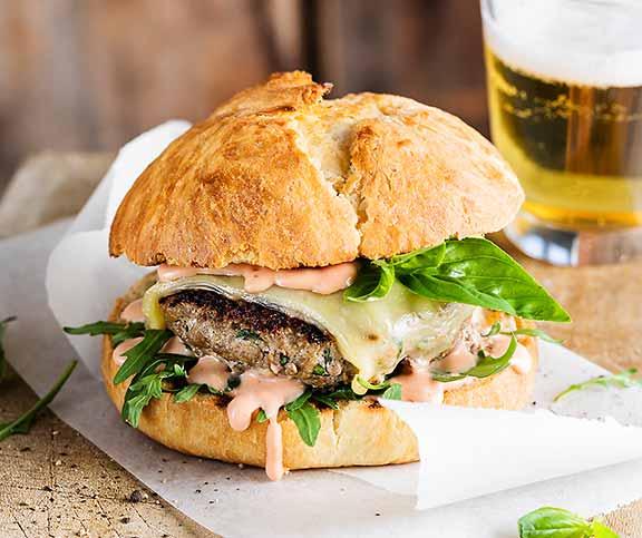 Hamburger mit Basilikum und Rucola